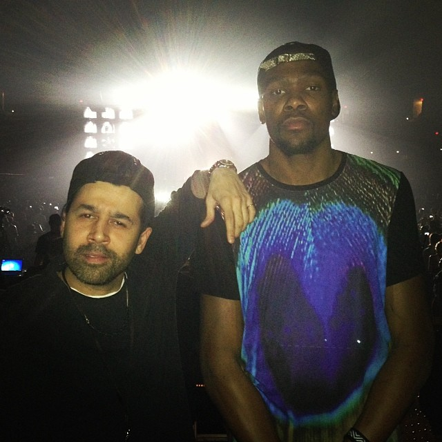 Kevin-Durant-wears-En-Noir-Pavo-T-shirt-at-JayZ-Magna-Carter-Tour
