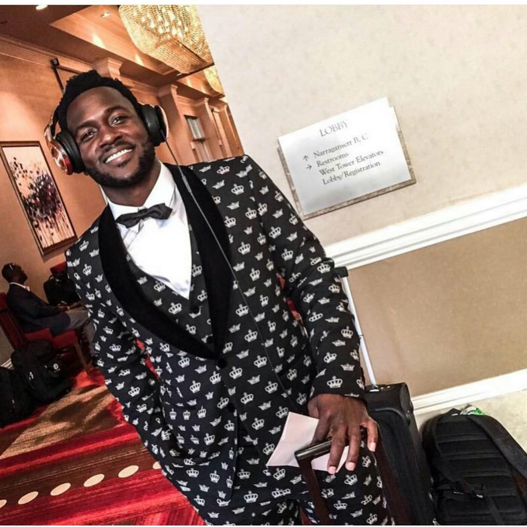 """Antonio Brown Wears """"Crown"""" Patterned Suit To Start The NFL Season"""